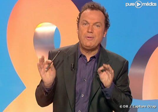 """Julien Lepers sur le plateau de """"Des chiffres et des lettres"""", le 1er avril 2010"""