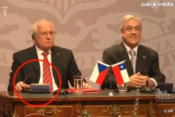 Le président tchèque Vaclav Klaus pris en flagrant délit de vol de stylo