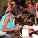 Julie signe des autographes.