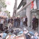 Des manifestants protestent contre la 'télé poubelle' devant le studio et le siège de M6.