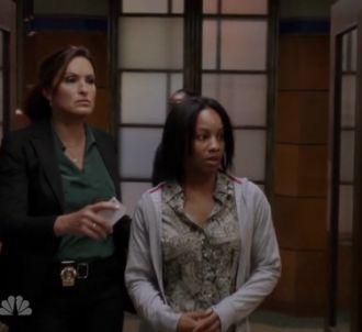 Olivia Benson et Miriam arrivent au commissariat dans...