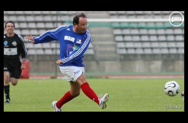 François Hollande joue au football, en 2008