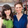 Zooey Deschanel et Emily Deschanel sur le tapis rouge des Golden Globes 2012