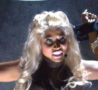 Nicki Minaj interprète 'Roman Holiday' aux Grammy Awards...