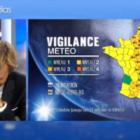 Zapping : Laurent Delahousse réprime un fou rire après un reportage sur le verglas