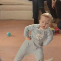 Un bébé danse le