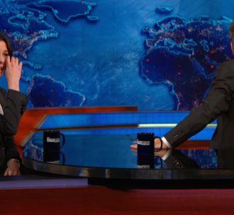 Fou rire d'Anne Hathaway et Jon Stewart dans le 'Daily Show'