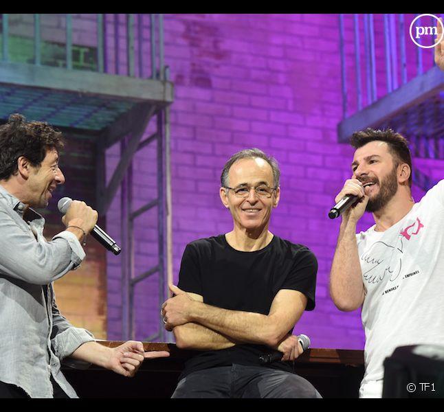 """Michaël Youn, Jean-Jacques Goldman et Patrick Bruel lors d'un concert des """"Restos du Coeur"""""""