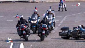 14 juillet : Deux motards se percutent pendant le défilé militaire à la télévision