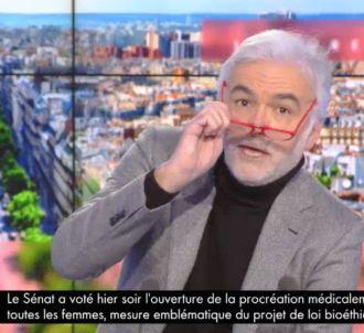 Quand Pascal Praud se moque d'Emmanuel Macron sur CNews.