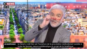 """Welcome zis mornigue"" : Pascal Praud se moque de l'accent anglais d'Emmanuel Macron"