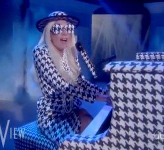 Lady Gaga présente son nouveau single 'Yoü and I' dans...