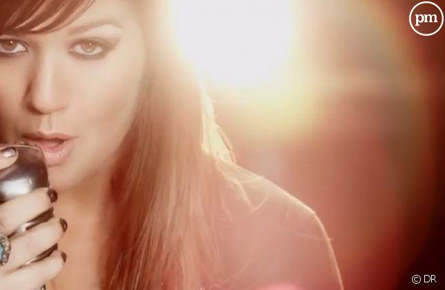 """Kelly Clarkson dans le clip de """"Stronger"""""""