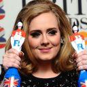 Adele sur le tapis rouge des Brit Awards 2012