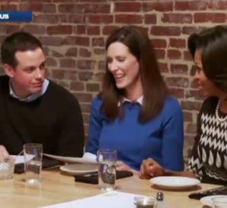 Barack Obama reçoit des Américains pour dîner avec lui.