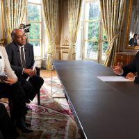 Zapping : François Hollande reçoit finalement des journalistes à l'Elysée