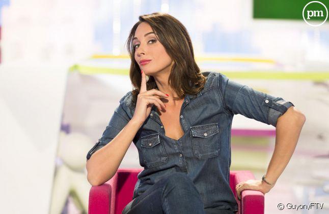 """Julia Vignali présente """"Les Maternelles"""" sur France 5."""