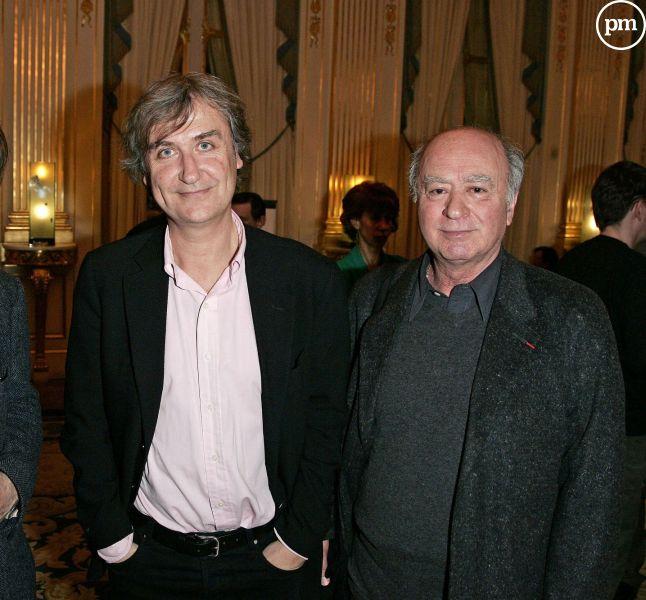 """Plantu, entouré de ses confrères dessinateurs décédés de """"Charlie Hebdo"""", Cabu et Georges Wolinski."""