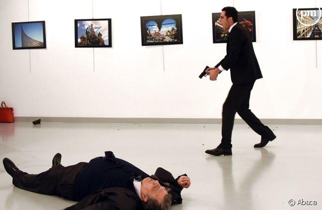 Un policier turc abat froidement l'ambassadeur russe de Turquie.