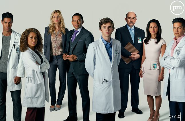 "Chuku Modu, à gauche, et le cast de ""The Good Doctor"""