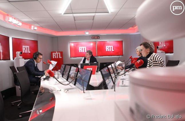 Yves Calvi dans les nouveaux studios de RTL