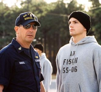 Kevin Costner et Ashton Kutcher dans 'Coast Guards'.