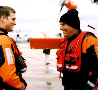 Ashton Kutcher et Kevin Costner dans 'Coast Guards'.