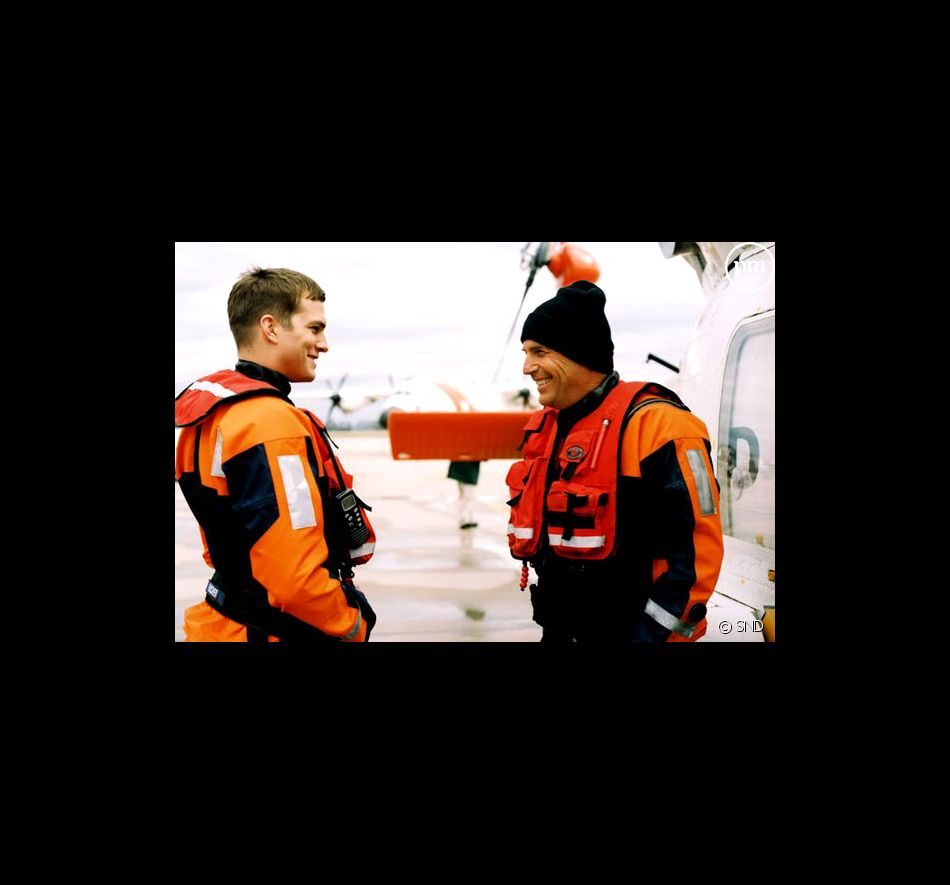 "Ashton Kutcher et Kevin Costner dans ""Coast Guards""."
